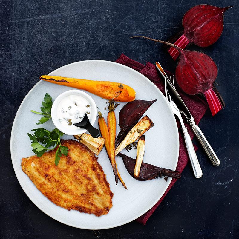 Panerad fisk med ugnsbakade grönsaker