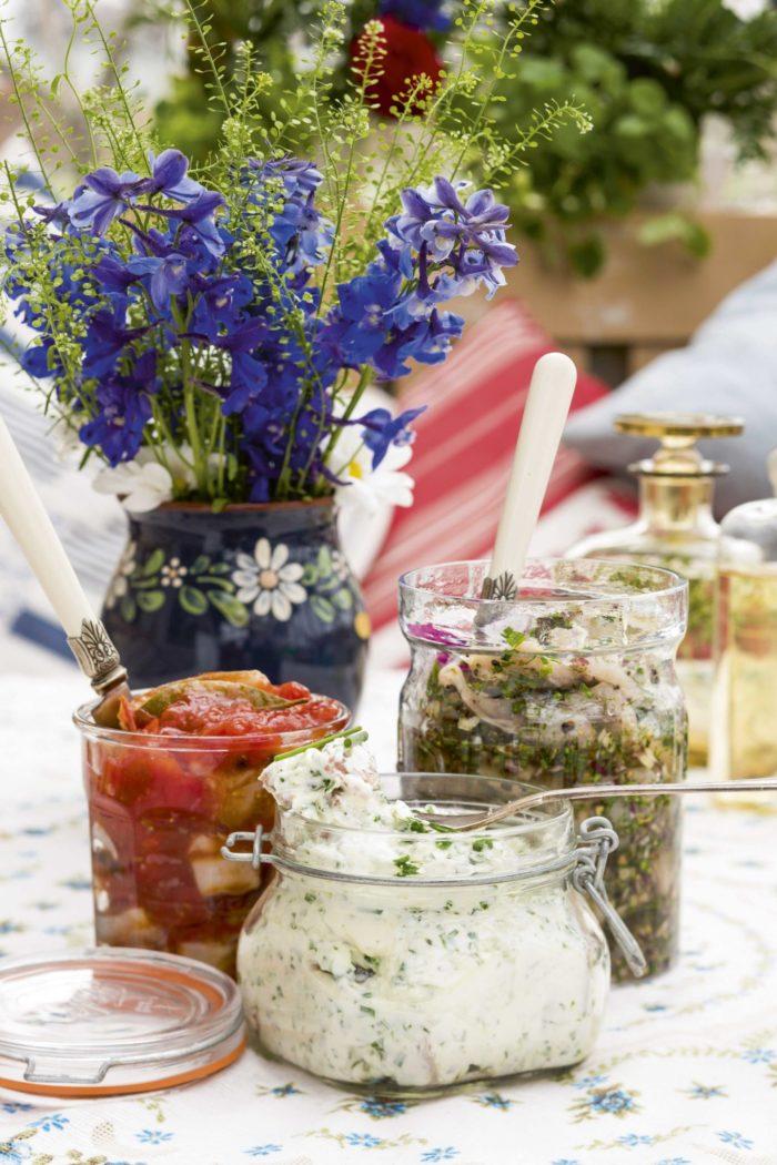 Sötsur tomatsill, på bordet ihop med Brantevikssill och örtig yoghurtsill med lime.