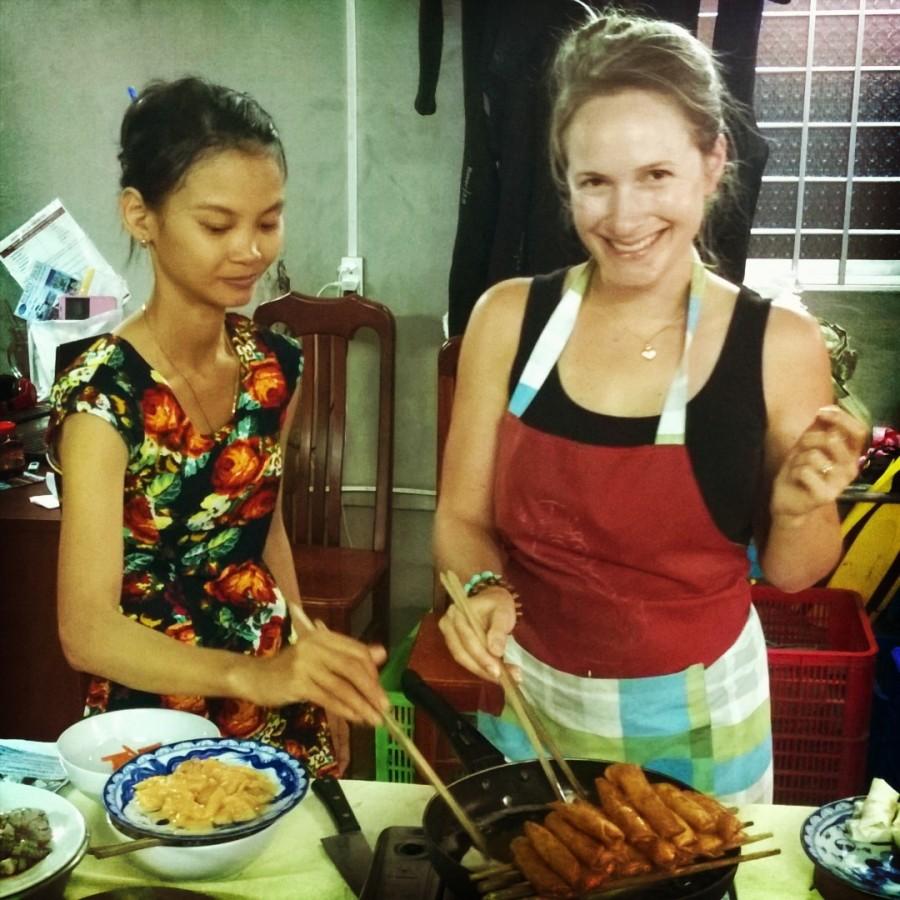 Jag friterar vårrullar på matlagningskurs i Vietnam