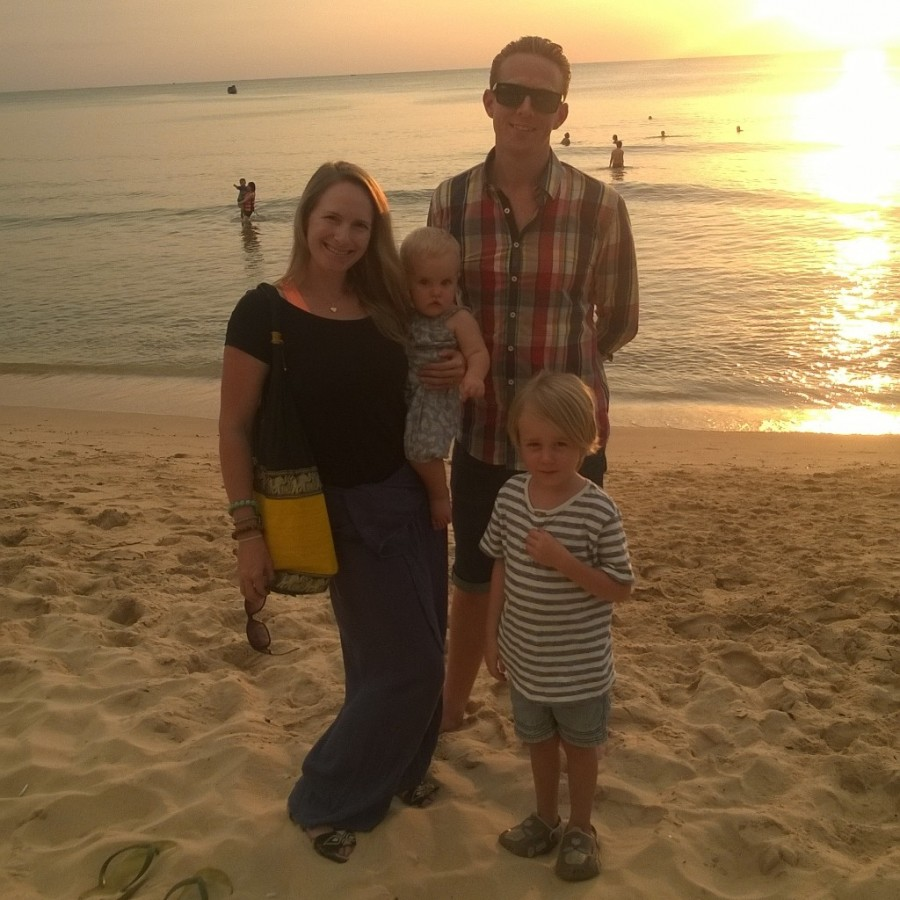 Hela familjen hälsar från Vietnam