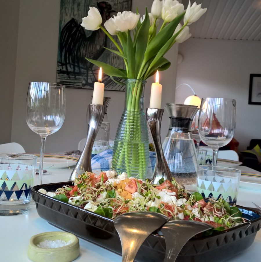 Fetaostsallad med röda linser, groddar och apelsin - välkommen till bords.