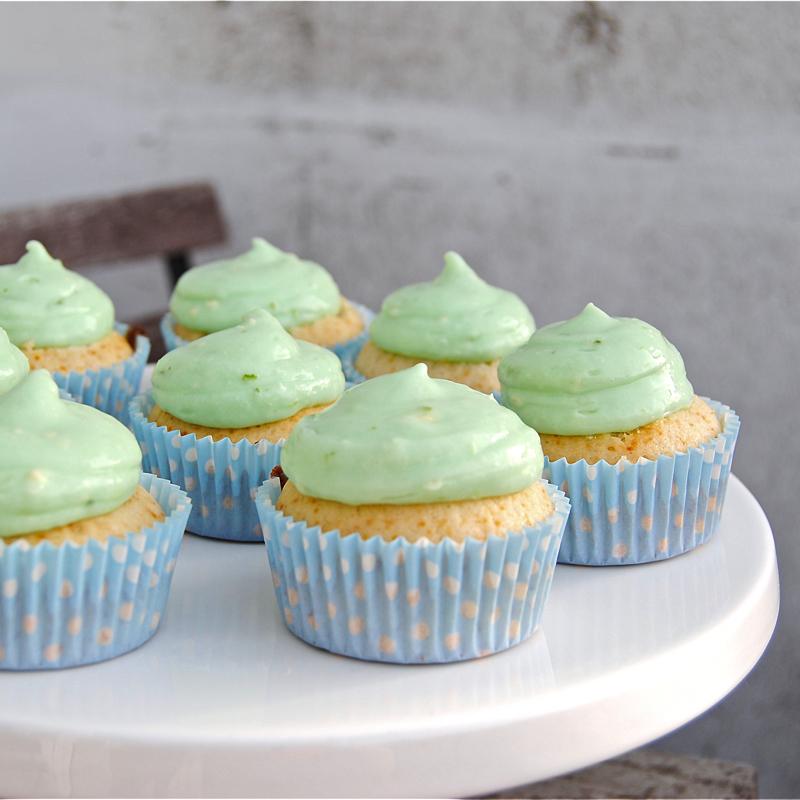 Recept på limecupcakes med hallongömma. Foto: Sofia Henriksson