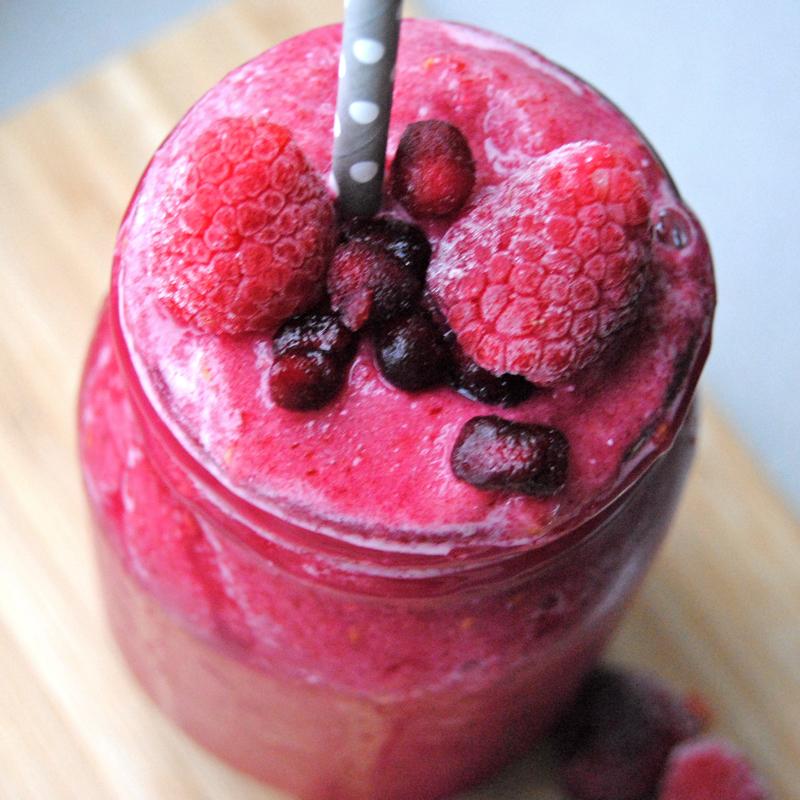 Smoothie med granatäpple, hallon och rödbeta. Foto och recept: Sofia Henriksson.