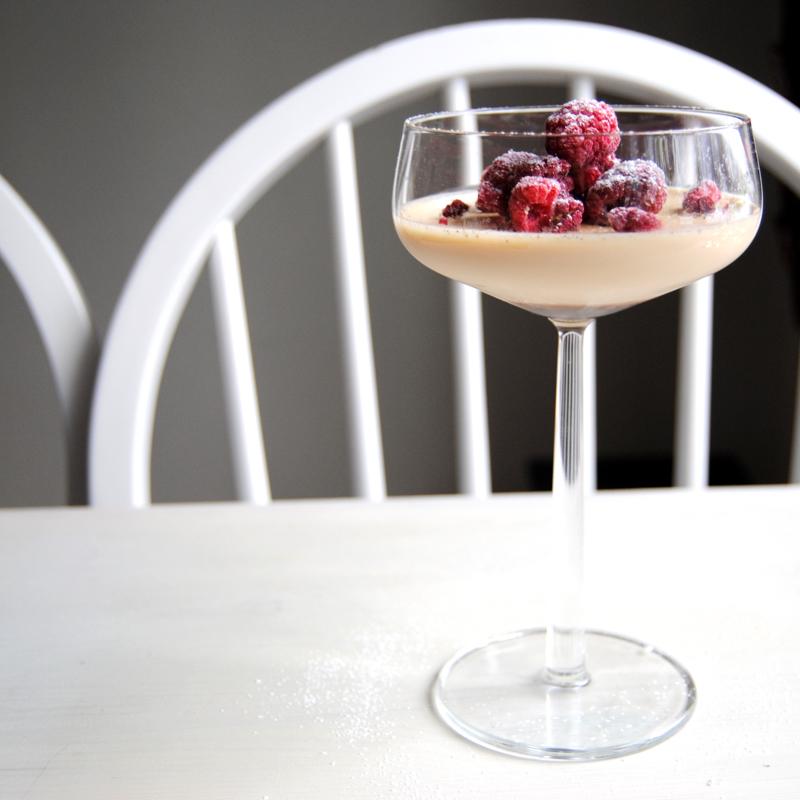 Kryddig vaniljpannacotta med hallon. Foto och recept: Sofia Henriksson.