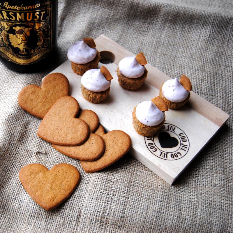 Pepparkakscupcakes med lingonfrosting. Foto och recept: Sofia Henriksson.
