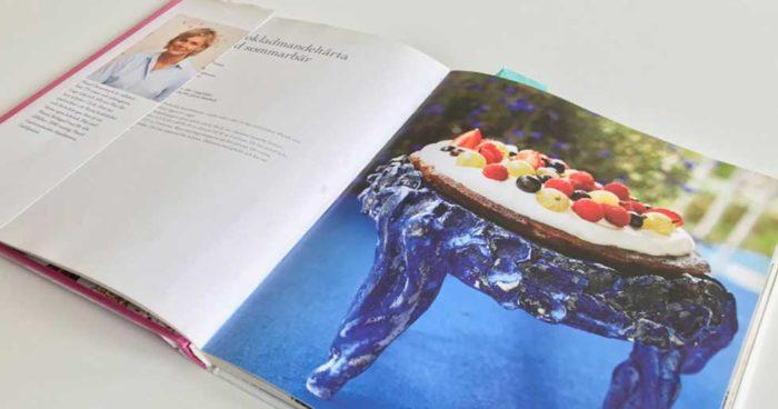 Det finns gott om goda recept på saker man kan baka i mikrovågsugn. Det här är ett av dem. Bilden på tårtan i Mauds bok är tagen av Pepe Nilsson.