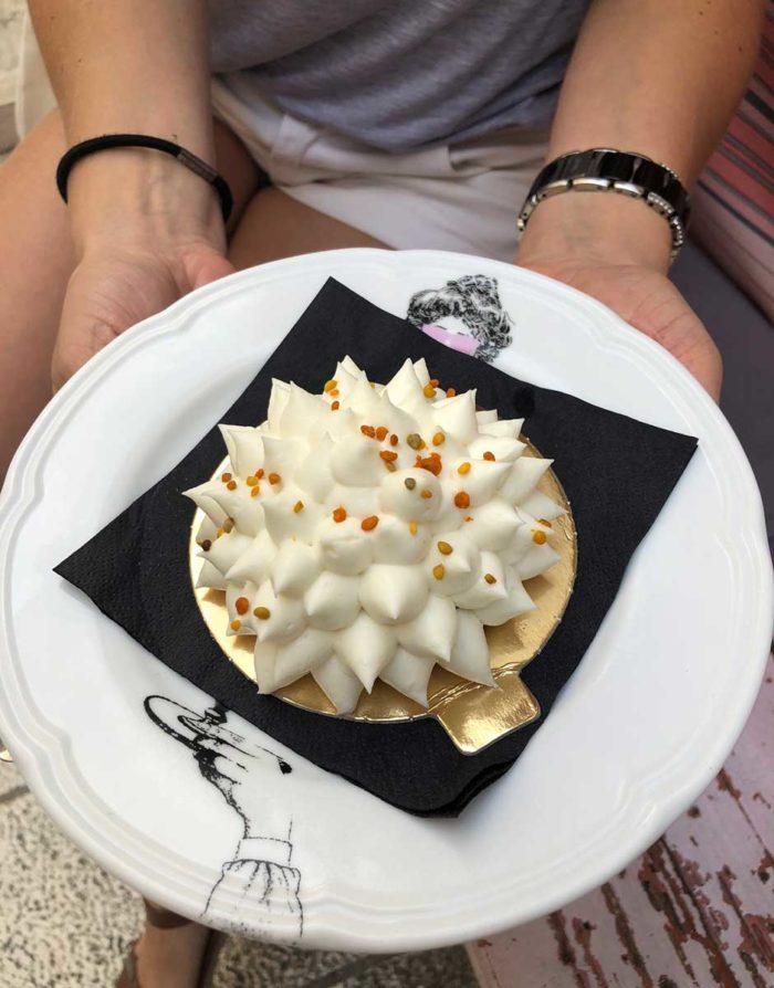 Vacker bakelse med smaker av mandel, fikon och maraschino från O's Kolac.