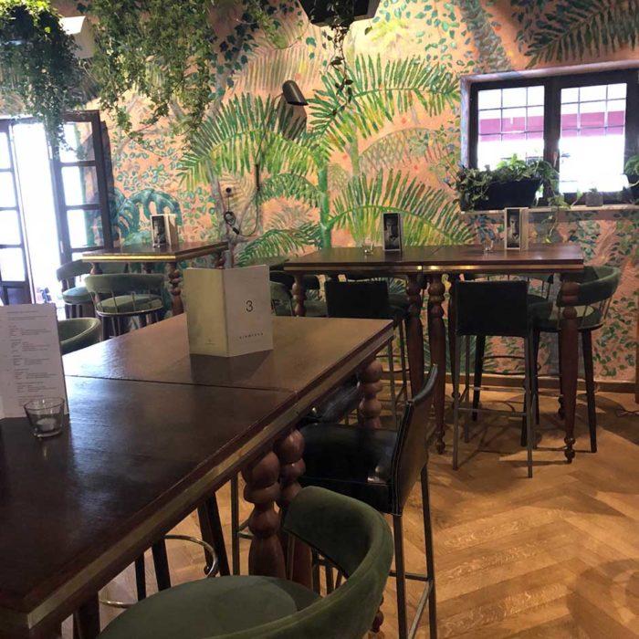 Lite av djungeltema i baren på Kinoteka.
