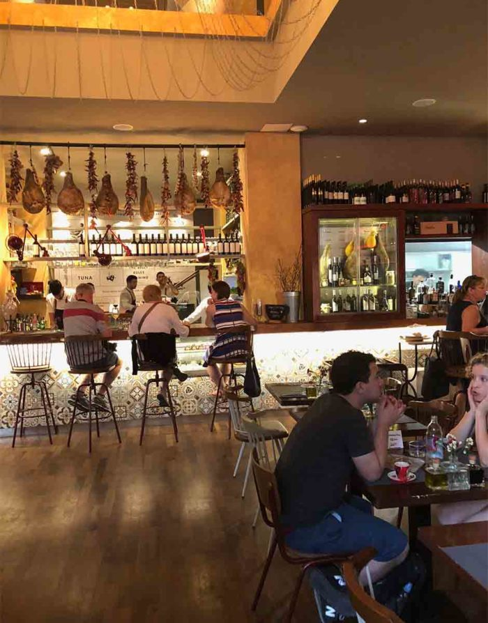 Restaurangen Bokerian i Split, har tidigare inrymt en järnhandel, därav den höga takhöjden. Restaurangen är inspirerad av Barcelonas saluhall.