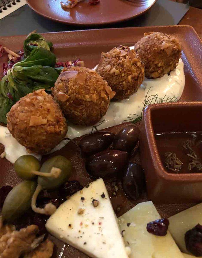 Bombolino, croquetter med skinka och täckta med ett hölje av knapriga mandlar och rosmarin är en stående smårätt på Bokerian.