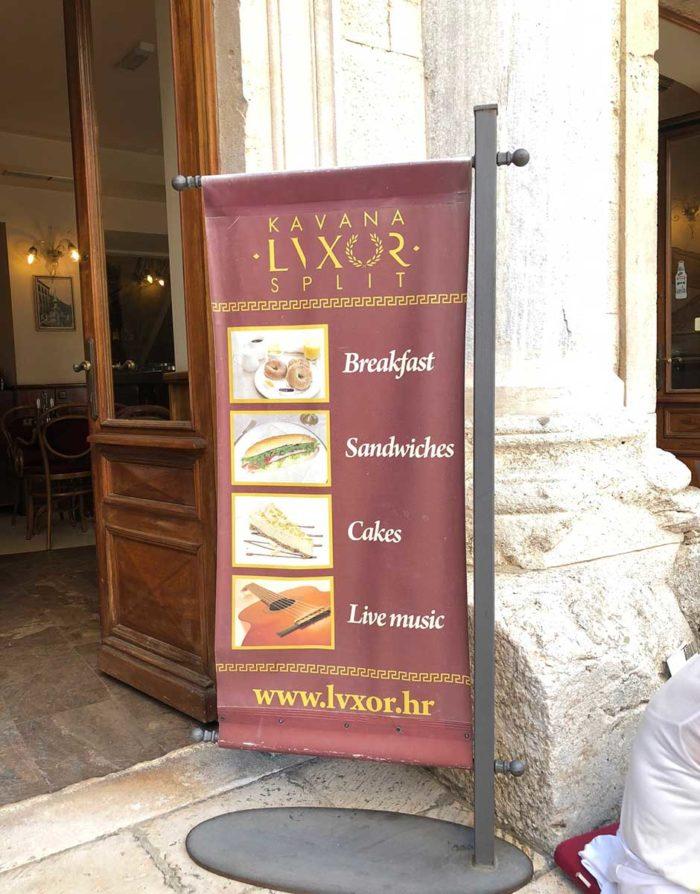 Café Luxor vid torget Peristile har öppet från morgon till kväll.