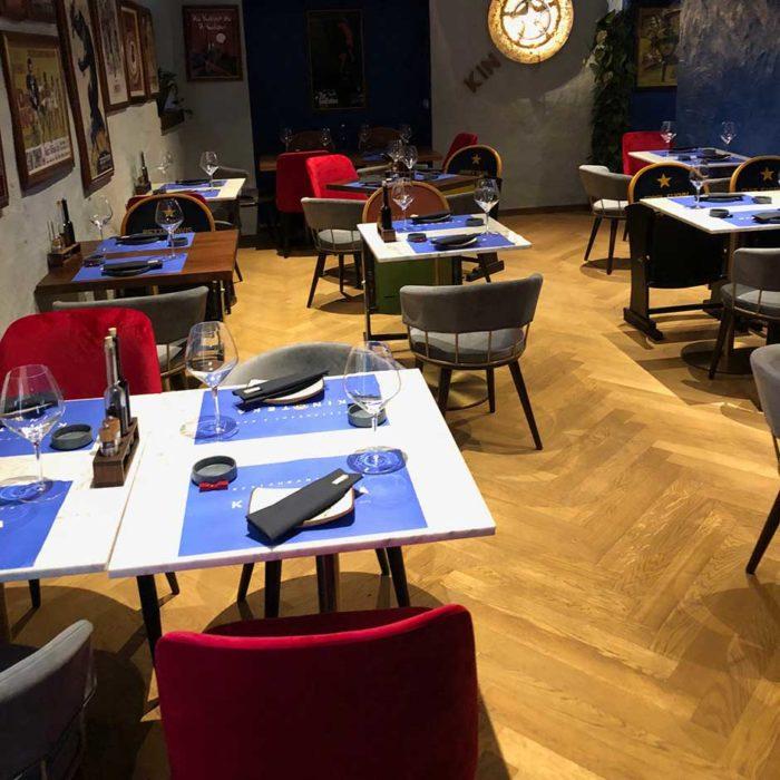 Matsalen på Kinoteka är lite mörkt och inredningen går i blått, rött och grått.