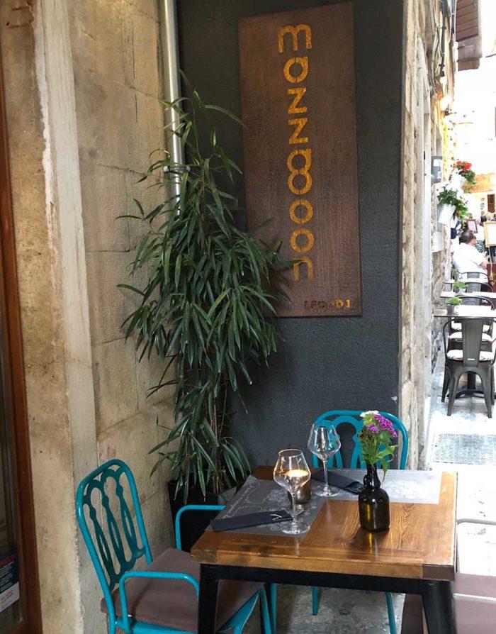 I en av de små trevliga gränderna i gamla stadskärnan ligger restaurang Mazzgoon.