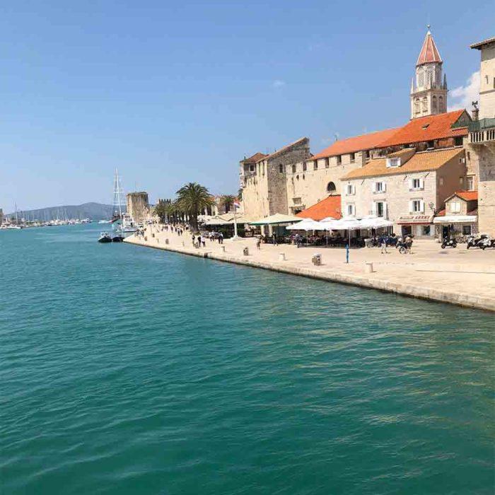 På strandpromenaden i Trogir, i den gamla staden som är skyddad av Unescos världsarv, finns det gott om restauranger och uteserveringar..