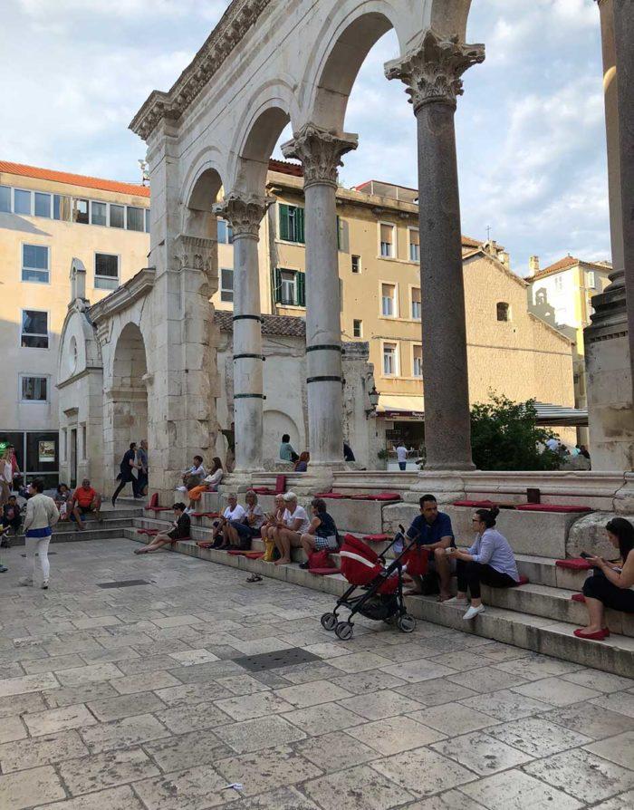 a läge att sitta på trappstegen, vid katedralen och torget Peristile, som är en del av café Luxors uteservering i gamla staden i Split.