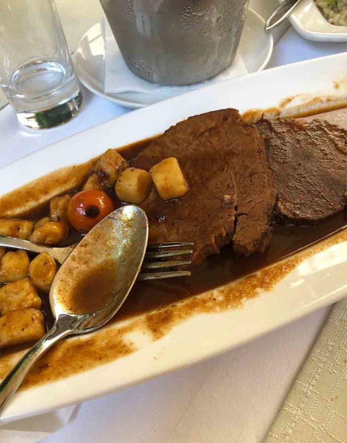 På Calebotta serveras också traditionella rätter som den typiska rätten pasticada, det länge vinkokta köttet med gnocchi.