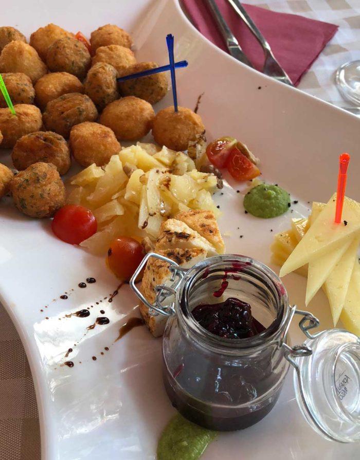 Crouquetter, lokala ostar, honung och hemgjord marmelad på bistro Mad Dog.