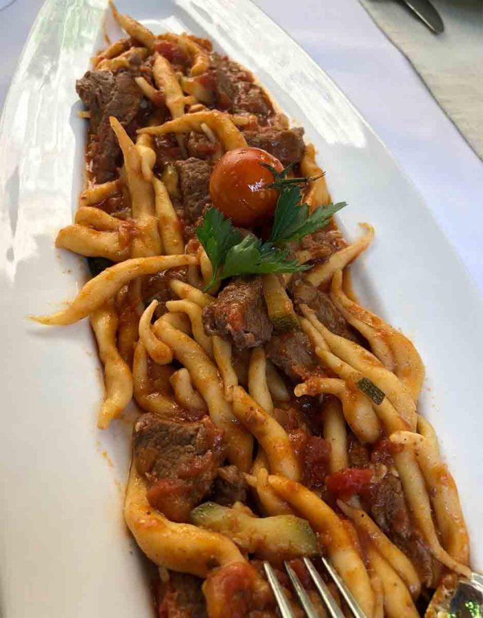 Den speciella pastan fuzi från Istrien här serverad med köttragu.
