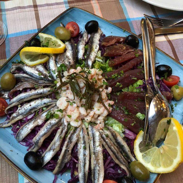 Olika läckerheter från havet på Konoba Fetivi, bland annat sardiner, tonfisk och räkor.