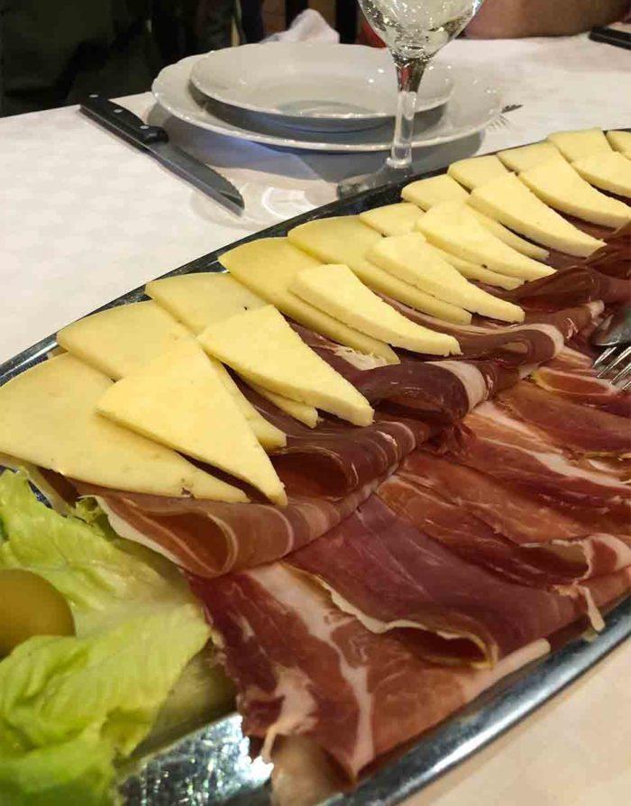 Missa inte att äta den goda dalaminska skinkan och lokala ostar om du är i Kroatien.