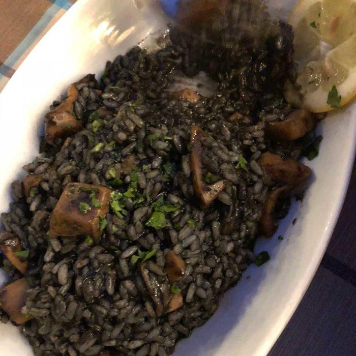Crni Rizot, svart risotto med skaldjur, ser inte så aptitligt ut men är jättegott.