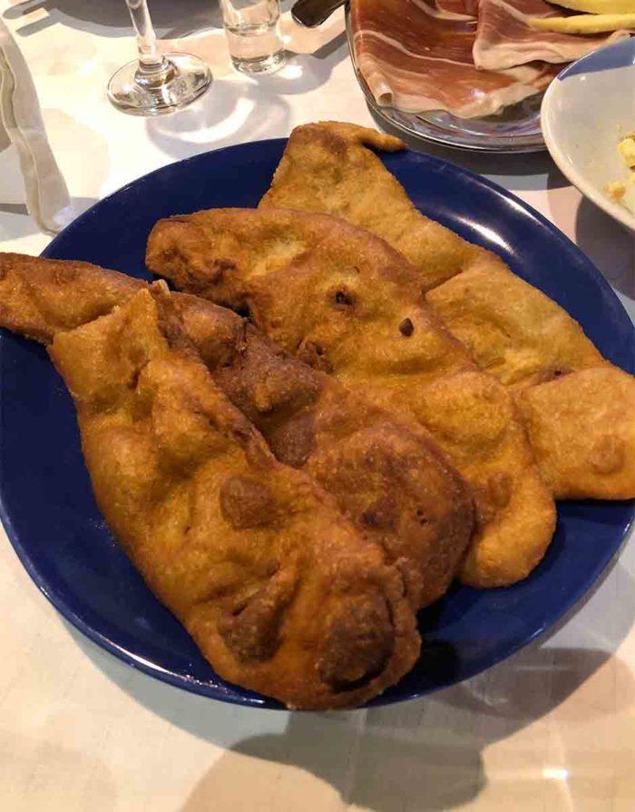 Ustipak, det typiska traditionella brödet som friteras och ofta serveras med skinka och ost.